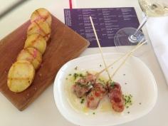 Espetinho de frango e batatas
