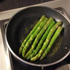 Passe os aspargos na mesma frigideira