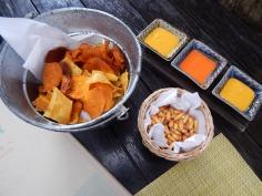 Couvert: chips de batatas, milho frito e ajís