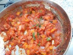 Acrescente molho de tomates e verdes