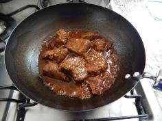 Frite a carne e faça um caldo