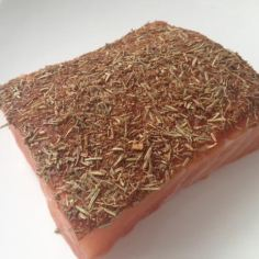 Passe um lado do salmão sobre as ervas