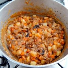 Junte batata, cenoura e carne