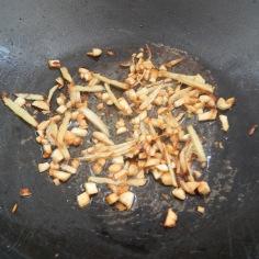 Frite o gengibre e o alho