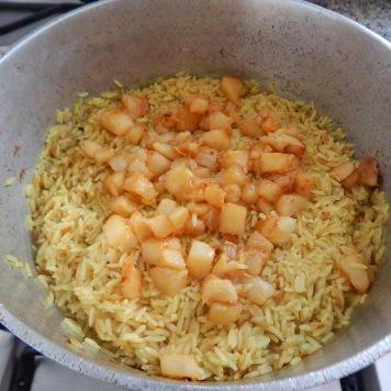 Junte o abacaxi já dourado ao arroz semipronto