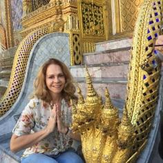 A autora na escada do palácio