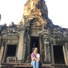 Na escadaria de Angkor Wat