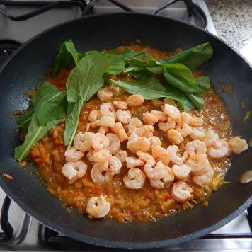 Misture o camarão e as folhas ao molho triturado