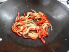 Salteie a cebola e o pimentão