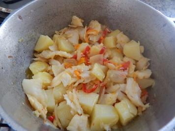 Frite no azeite: cebola, alho, pimentões e bacalhau