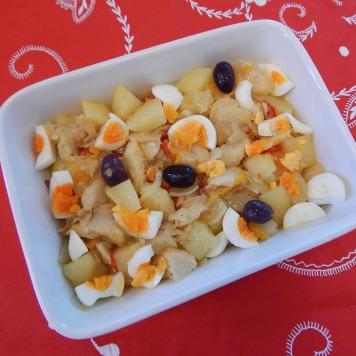 Disponha na travessa com as batatas e os ovos