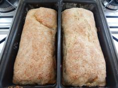 Pão assado em 2 formas pequenas