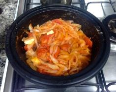 Cebolas, alho, tomate e temperos refogados no azeite