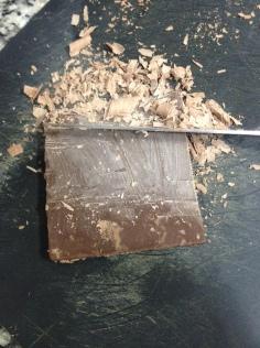 Faça raspas de chocolate