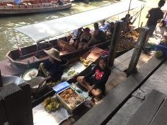 Feira às margens do Rio Mekong